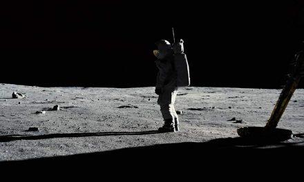 مروری بر فیلم اولین انسان (First Man)/ این فیلم، زندگی نامه نیل آرمسترانگ که قهرمان و نمادی روی زمین است را به تصویر میکشد